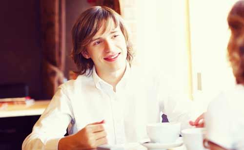 カフェでデートする男