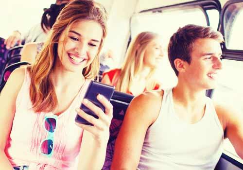 バスの中で楽しく会話するカップル