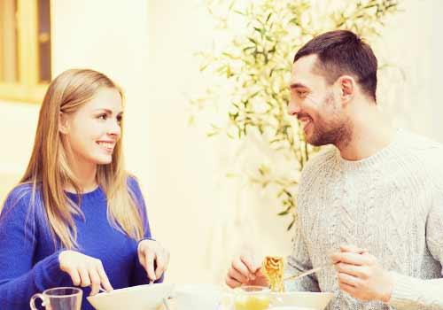 料理を食べるカップル