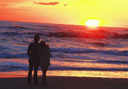 夕日を見るカップル