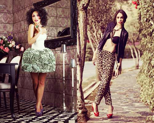 フリルの女性とヒョウ柄パンツの女性