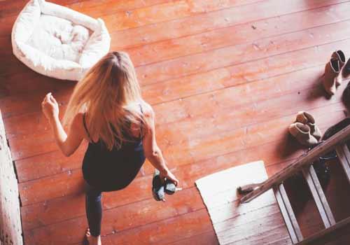 部屋の中を歩く女性