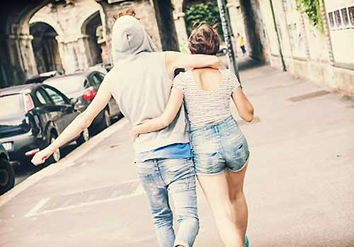 仲良く街を歩くカップル