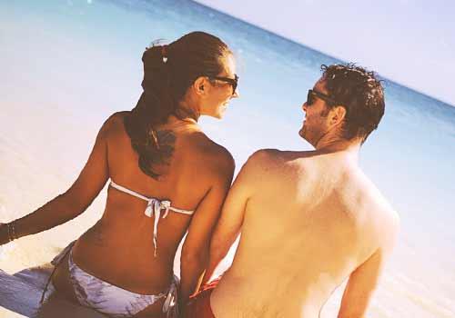 海辺で見つめあうカップル