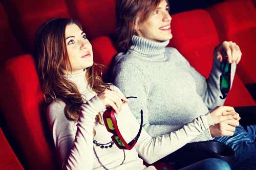 映画を見るカップル