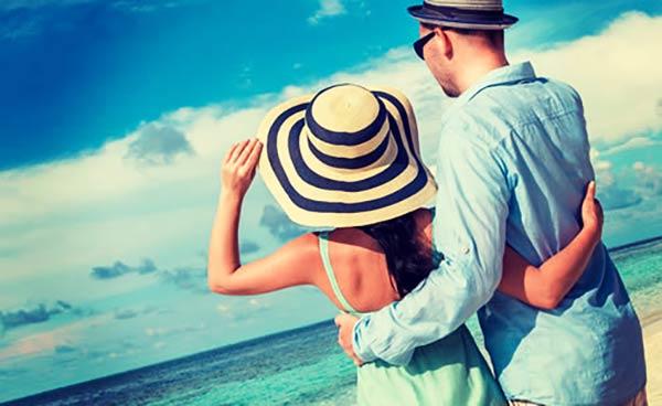 南の島で健康的に過ごす夫婦