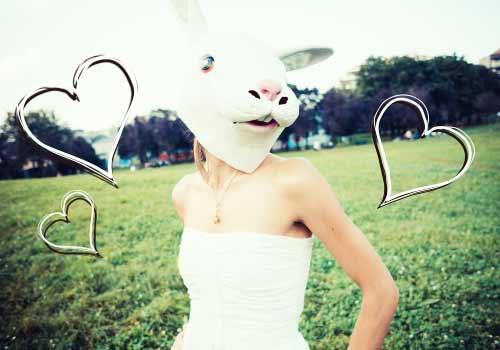 ウサギの被り物をつけた女性