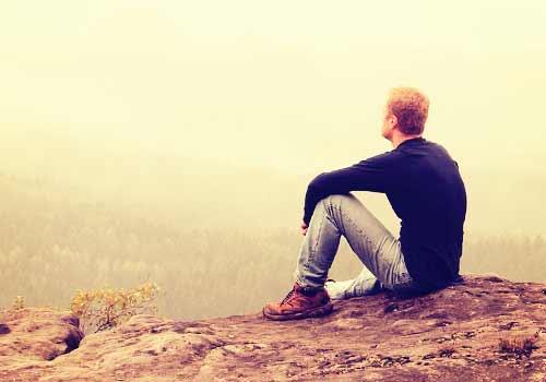 独り空を眺める男