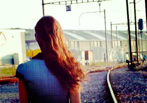悲しみに暮れる女性