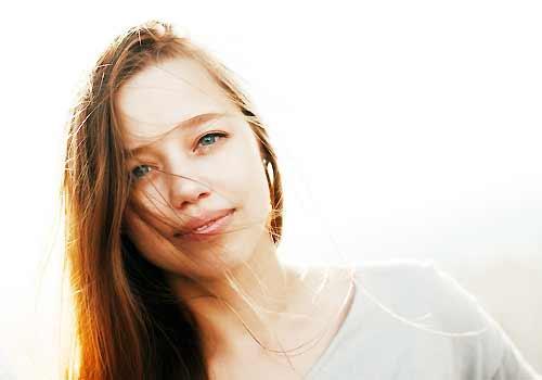 穏やかな表情の女性