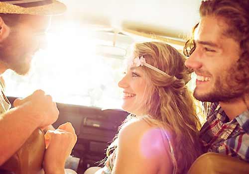車の中で仲良くしゃべる男女