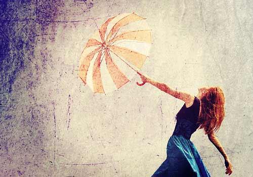嵐の中傘をさす女性