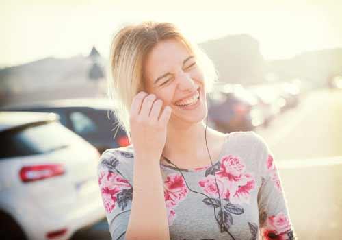 満面の笑みを浮かべる女性