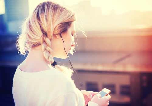 気を紛らわし音楽を聴く女性