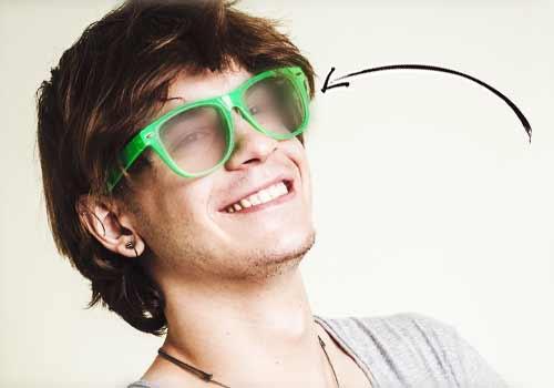 汚れた眼鏡の男性