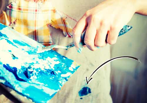 絵具で汚れたシャツ