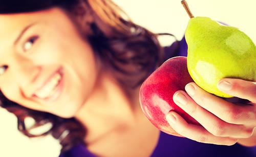 果物を手に持っている女性