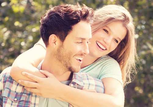 ボーイフレンドに抱き付く女性