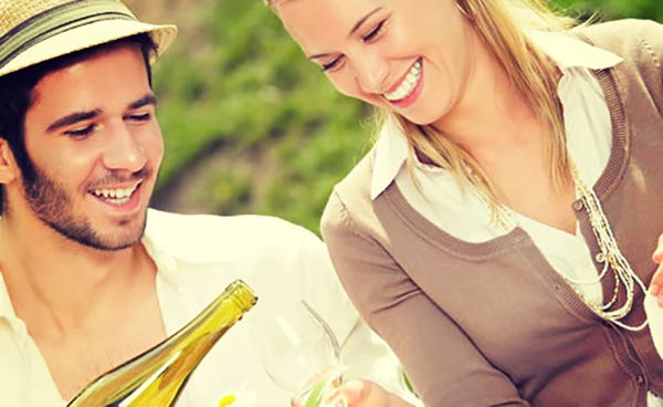 ワインを飲むカップル