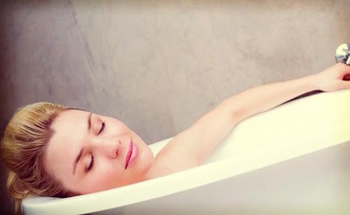 風呂場で寝てしまった女性