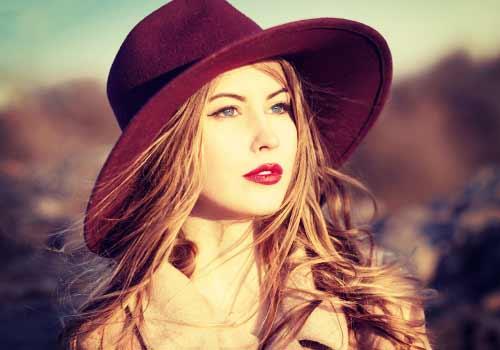 赤い口紅の女性