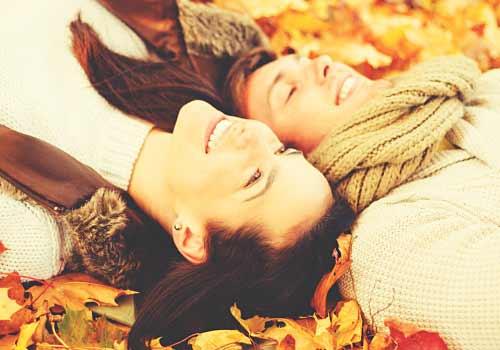 落ち葉とカップル