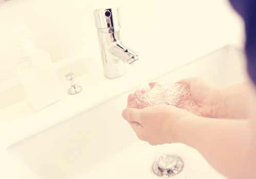 洗顔する男性