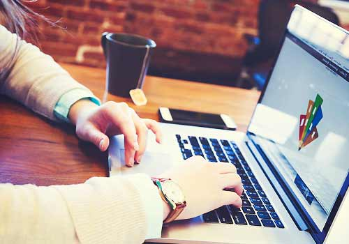 パソコンで仕事をする女性