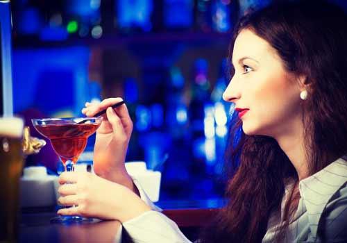 バーで、お酒を飲む女性