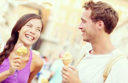 アイスを食べるカップル