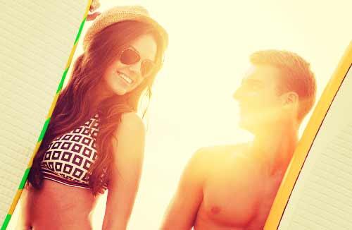 サーフィンを楽しんだ後のカップル