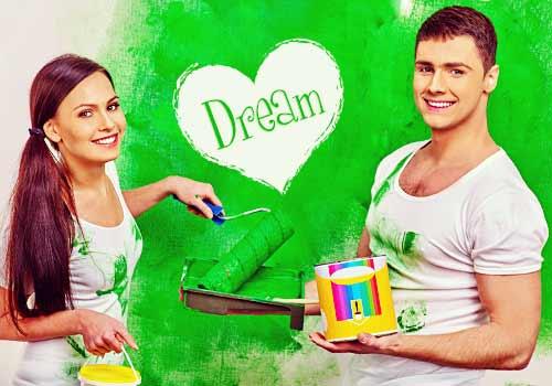 ペンキ塗りをするカップル