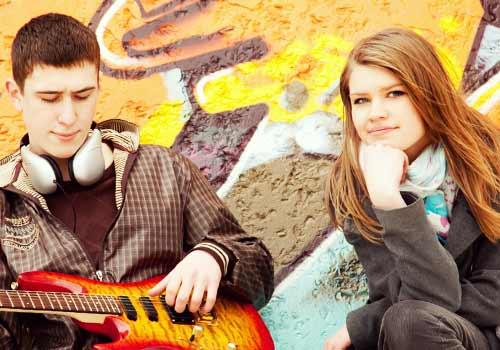 彼氏のギターを楽しんで聞く彼女