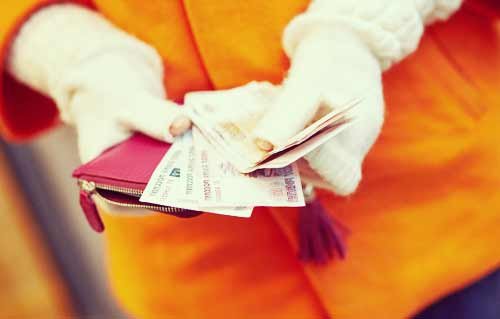 財布からお金を出す女