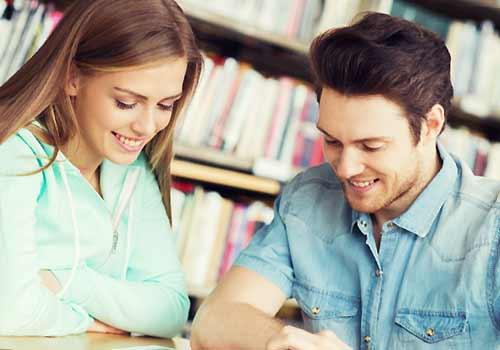 図書館で会話する男と女