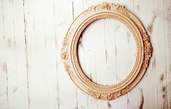 壁に掛けられた鏡