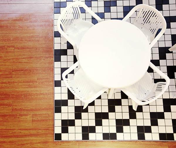 モノトーンのテーブル