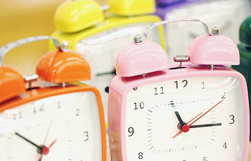 たくさん並んだ目覚まし時計