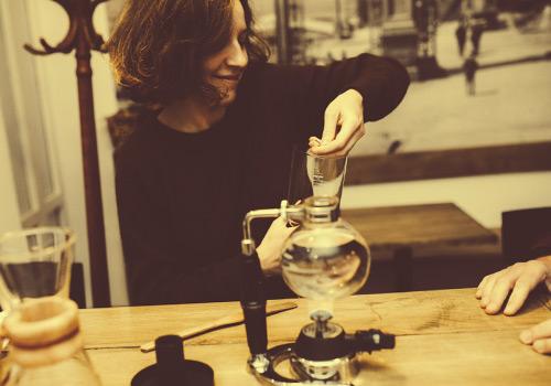 コーヒーを淹れる女性