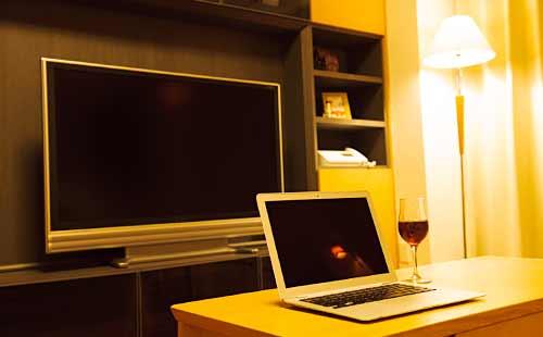 間接照明とテレビとパソコン