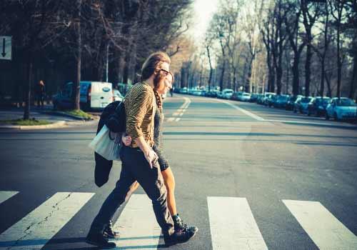 横断歩道を歩くカップル