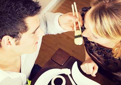 寿司を食べるカップル