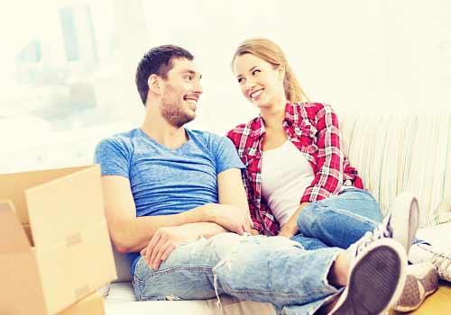 アパートで暮らし始めるカップル