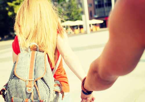 彼氏と手をつなぐ女性