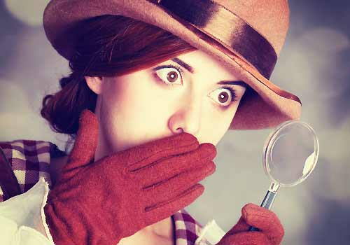 虫眼鏡で何かを見つけた女性