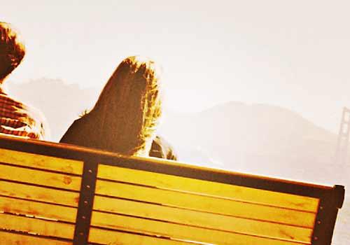 ベンチに座る男と女