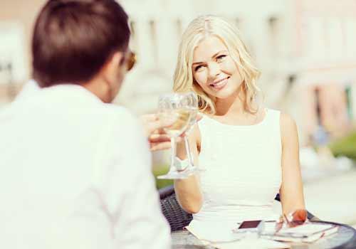 ワインで乾杯する男と女