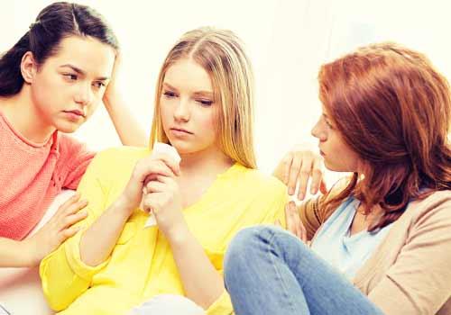 友達に励まされる女性