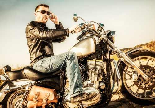 バイクに乗る男
