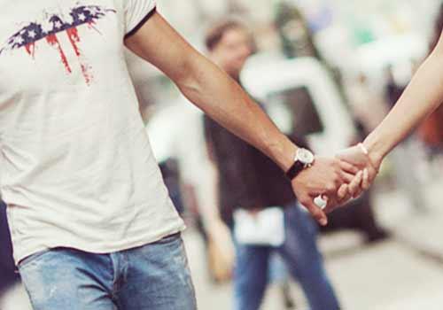 手をつなぐ男